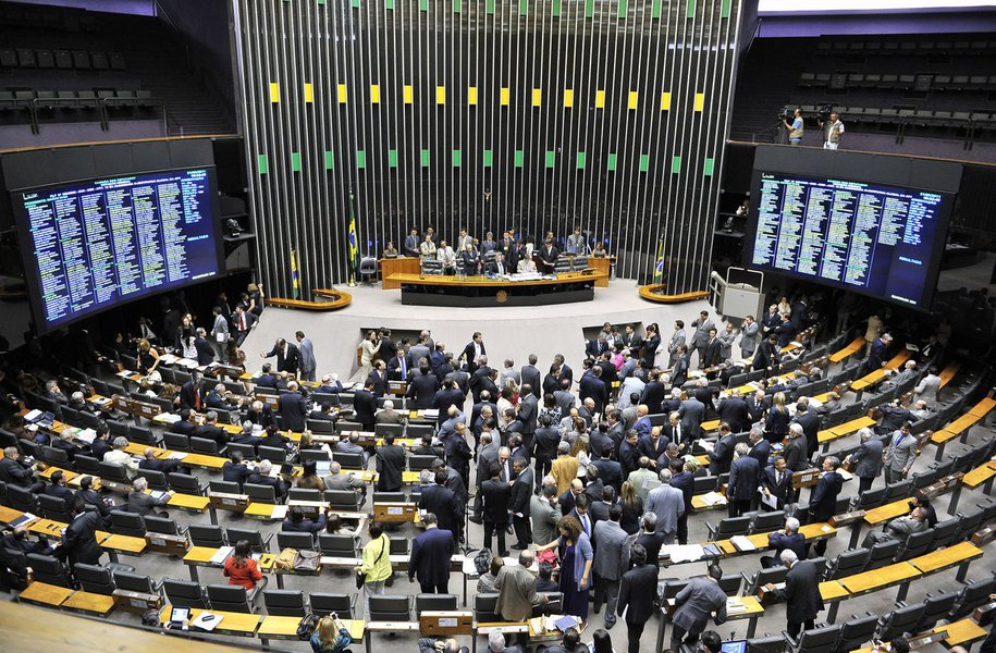 """O plenário da Câmara dos Deputados aprovou nesta terça-feira a Medida Provisória (MP) 730/16, que abre crédito extraordinário de R$ 150 milhões em favor da Justiça Eleitoral; aprovação ocorreu após acordo dos líderes partidários para """"limpar"""" a pauta, trancada por várias MPs, um dia após a votação da cassação do mandato do deputado Eduardo Cunha (PMDB-RJ)"""