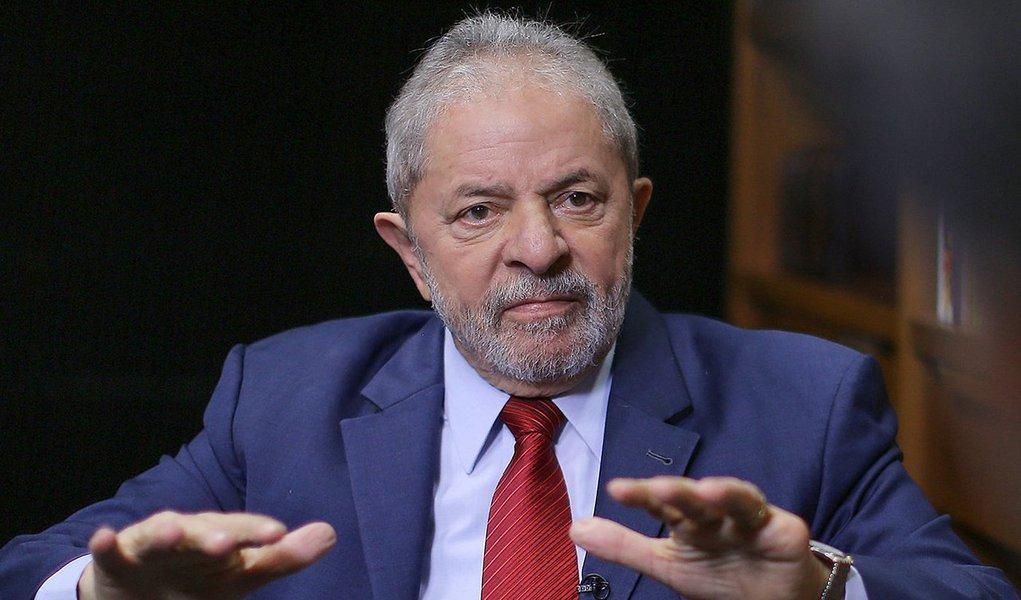 """Jornalista Helena Chagas, do site Os Divergentes, escreve que """"tanto juízes como procuradores se sentem desencorajados"""" de determinar a prisão do ex-presidente, principalmente depois da reação da população na condução coercitiva; as pesquisas eleitorais, que mostram Lula à frente, """"só confirmam esses receios"""", afirma; """"A estratégia dos acusadores de Lula agora é outra. Querem julgá-lo, condená-lo e torná-lo inelegível antes das eleições de 2018. Se vão conseguir, aí são outros quinhentos"""", acrescenta"""
