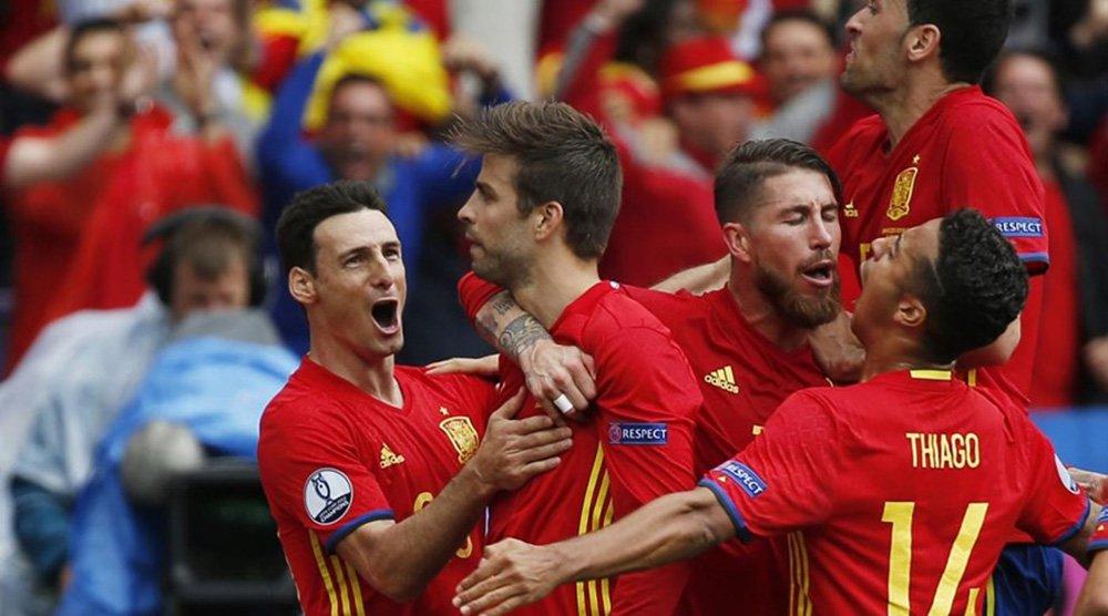 Seleção espanhola, atual campeã da Europa, garantiu uma vitória por 1 x 0 sobre a República Tcheca aos 43 minutos do segundo, na partida de estreia da Espanha no Grupo D da Euro 2016, nesta segunda-feira (13); Piqué marcou de cabeça após cruzamento perfeito do companheiro de Barcelona Andrés Iniesta; a Espanha está empatada com a Croácia na liderança da chave, com três pontos cada