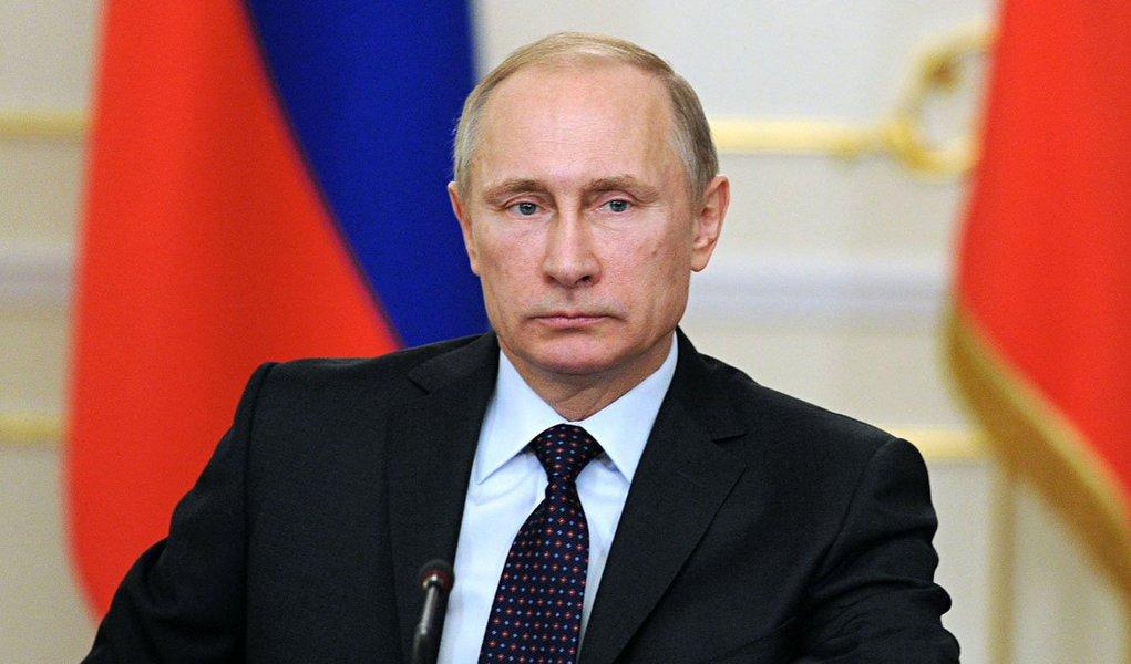 """Acusações francesas de que o bombardeio à cidade síria representa crimes de guerra são retórica, disse o presidente da Rússia em entrevista ao canal francês de TV TF1, transmitida nesta quarta-feira (12); """"É retórica política que não faz muito sentido e não leva em conta a realidade na Síria"""", afirmou Putin em comentários traduzidos para o francês e gravados na terça-feira; """"Eu estou profundamente convencido de que são os nossos parceiros ocidentais, e especialmente os Estados Unidos, que são responsáveis por essa situação na região em geral e na Síria em particular"""", rebateu"""