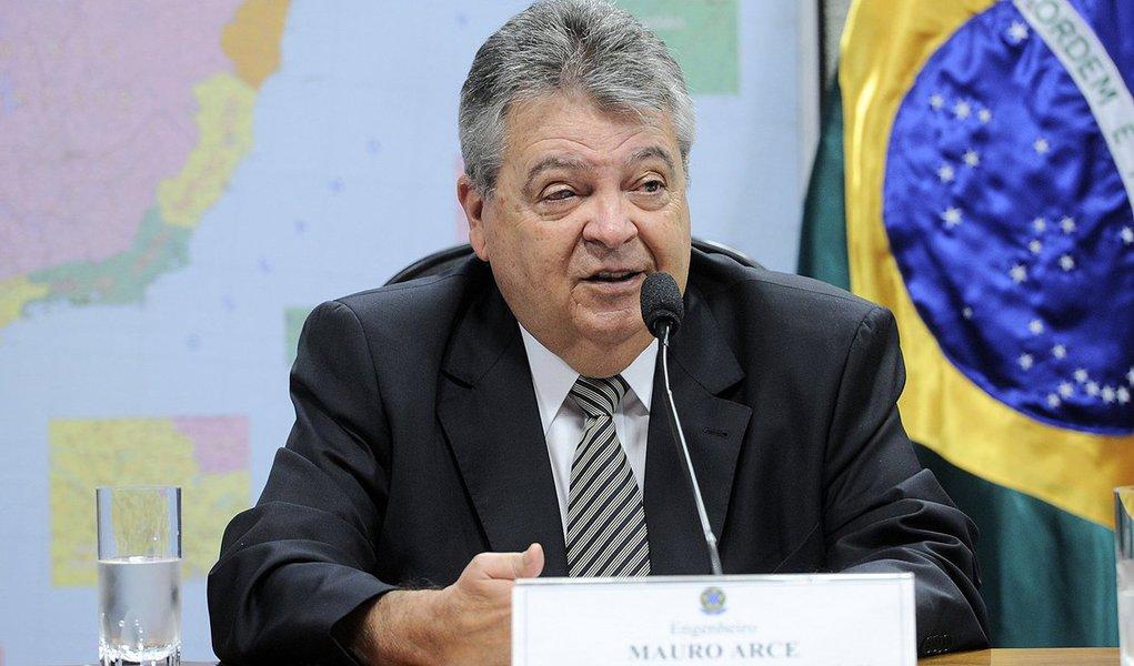 Ex-secretário paulista de Energia, Transportes e Saneamento e Recursos Hídricos e braço-direito de Geraldo Alckmin, o atual presidente da Companhia Energética de São Paulo (Cesp), Mauro Arce, é alvo de investigações do Ministério Público Estadual (MPE) e da Corregedoria-Geral da Administração do Estado (CGA) por suposto tráfico de influência e prejuízo aos cofres públicos na venda de energia elétrica em contratos envolvendo duas empresas de sua família; ele nega