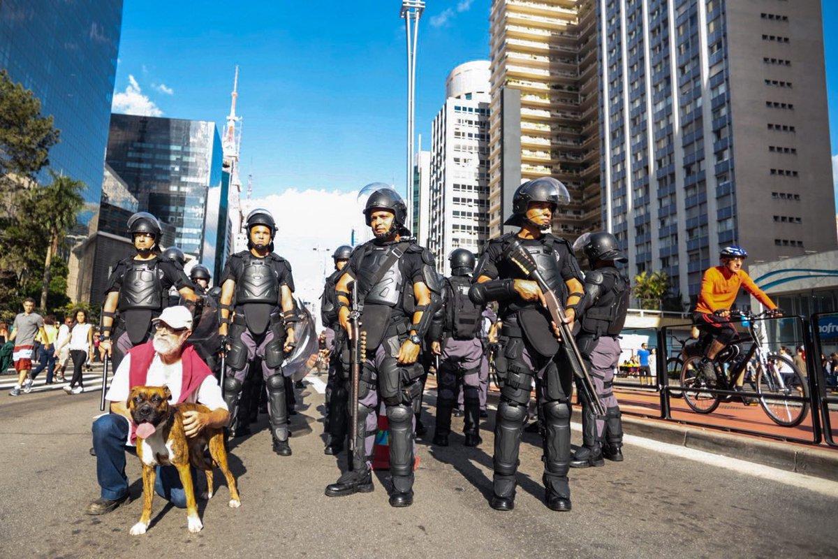 Uma manifestação com simpatizantes do deputado federal Jair Bolsonaro (PSC-RJ) causou tumulto nesta tarde na Avenida Paulista; um grupo de cerca de 50 pessoas trocou insultos e provocações com transeuntes que frequentavam a via, que fica fechada para carros aos domingos; a Polícia Militar teve de intervir; os manifestantes, que carregavam bandeiras do Brasil e do estado de São Paulo, tiveram de seguir escoltados por um cordão policial para evitar novas confusões; alguns usavam camisetas com a foto do deputado