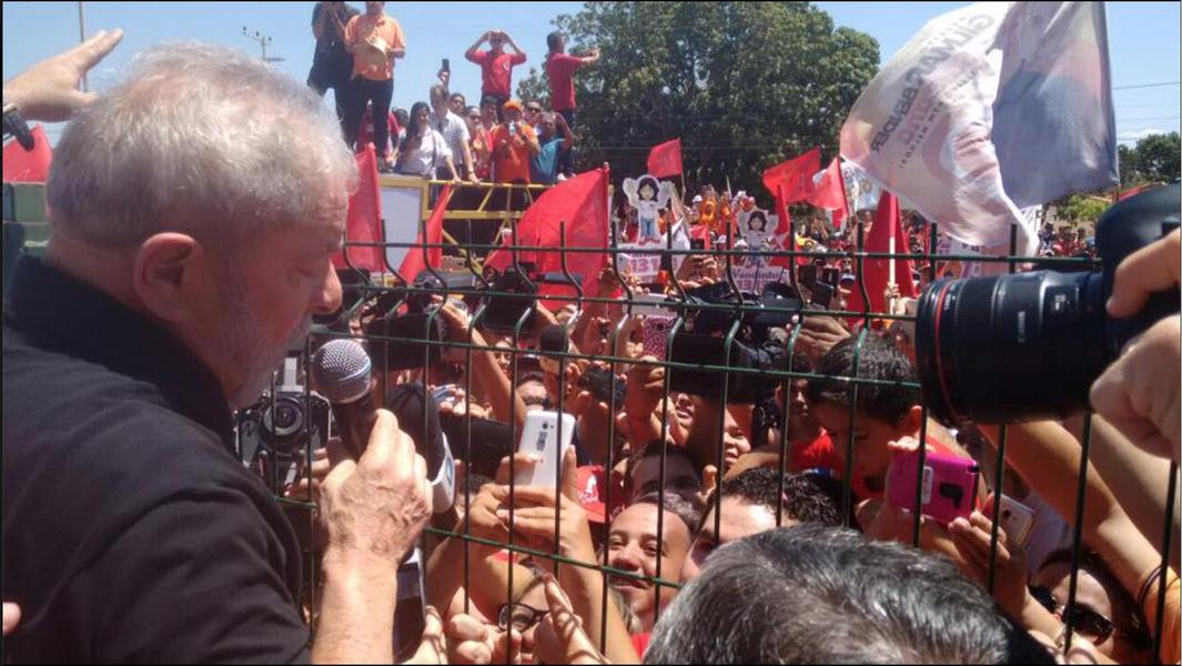 O ex-presidente Lula desembarcou no aeroporto regional de Juazeiro do Norte por volta de 10h30 desta quarta-feira (20), e foi recebido pelo governador Camilo Santana (PT) e pelo deputado federal José Guimarães (PT-CE). Após um rápido discurso para a multidão que o aguardava no local, Lula partiu para Barbalha, onde inicia sua agenda no Estado