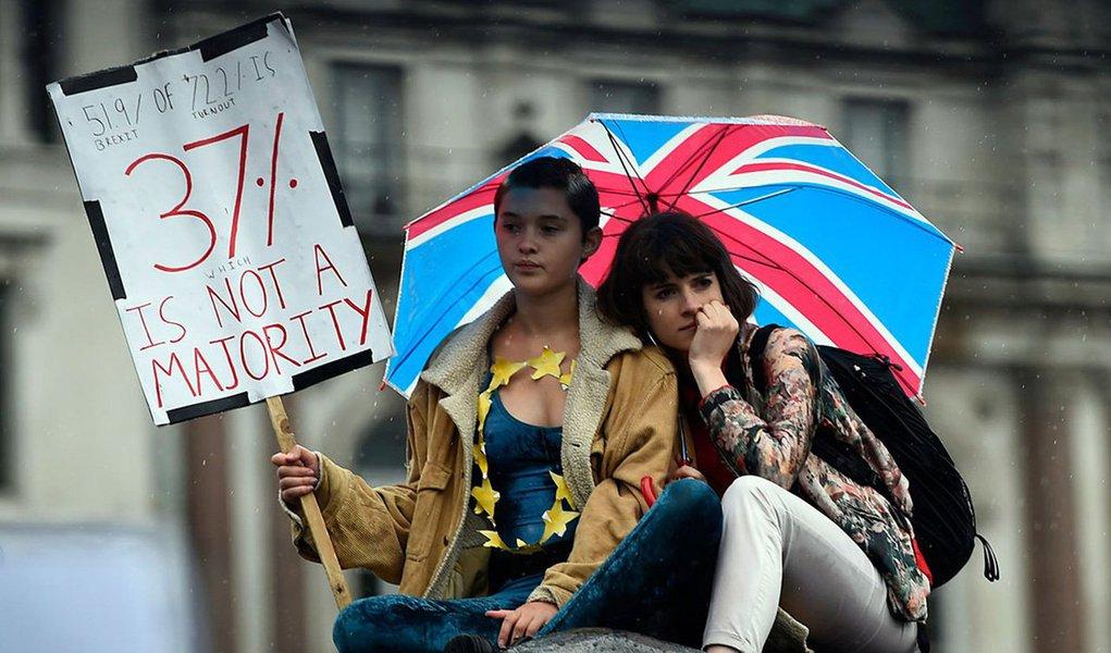 """A maior parte dos manifestantes eram jovens adultos. Muitos estavam envoltos em bandeiras da UE, enquanto outros agitavam bandeiras com dizeres como """"Eu estou com a UE"""" ou simplesmente """"Wrexit"""""""