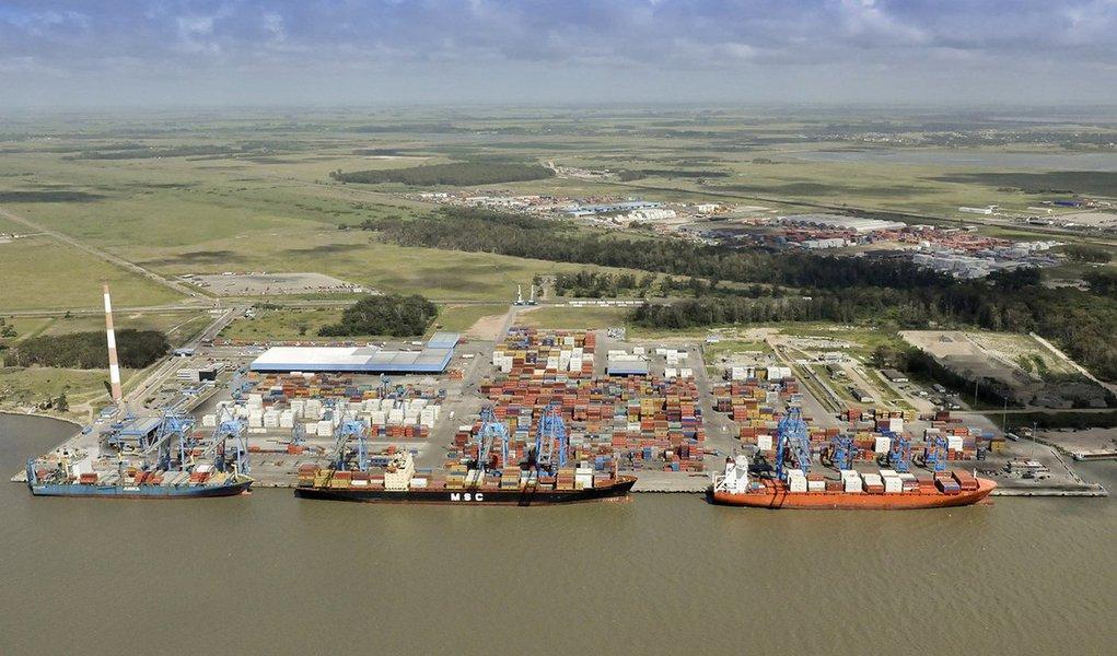 A Superintendência do Porto de Rio Grande (SUPRG) divulgou osdados mensais de movimentação do complexo portuário; entre janeiro e agosto deste ano, o porto gaúcho ultrapassou 27 milhões de toneladas transportadas, representando crescimento de 5% em comparação com o mesmo período de 2015