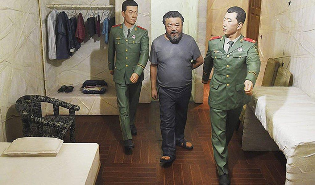 Ai Weiwei reproduziu cenas de seu encarceramento para uma nova instalação artística, uma série de dioramas -dentro de caixas de aço- quase em tamanho real mostrando sua vida na prisão;Ai, um dos mais conhecidos artistas e ativistas políticos da China, foi preso por 81 dias sob acusação de evasão de impostos em 2011; governo chinês confiscou seu passaporte, apenas o retornando em julho do ano passado