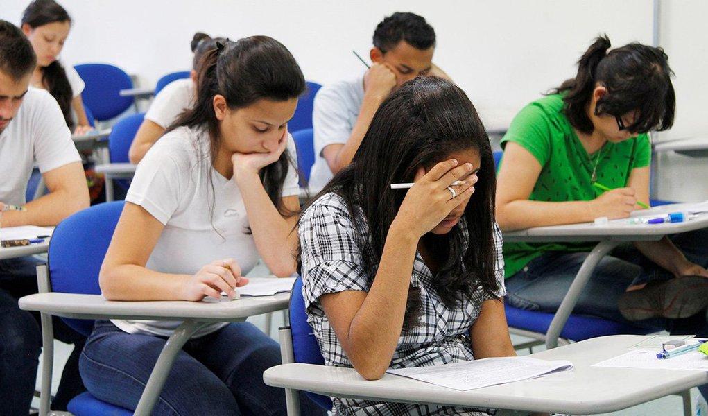 Pesquisa feita pela Associação Brasileira de Mantenedoras de Ensino Superior (Abmes), divulgada nesta quarta-feira, 20, mostra que 50,5% dos estudantes brasileiros disseram não ter recursos para pagar uma faculdade particular e esperam contar com o Programa Universidade para Todos (Prouni) e 50,3%, com o Financiamento Estudantil (Fies); 71,9% deles cursaram o ensino médio em escolas públicas e 62,9% deles acreditam que os estudantes de escolas públicas não têm as mesmas condições que os alunos das particulares para ter acesso às universidades públicas