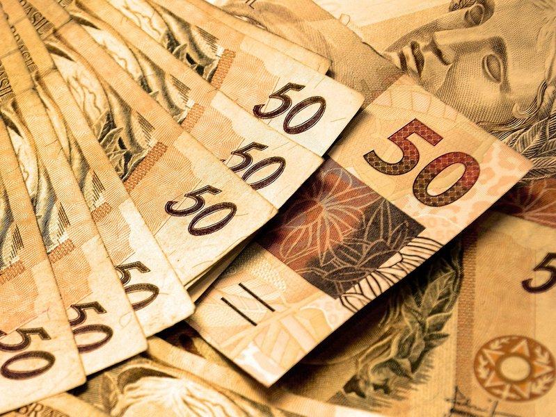 O projeto de Lei Orçamentária Anual do Governo do Ceará 2017 iniciou tramitação na Assembleia Legislativa nesta terça (18). A proposta prevê orçamento da ordem de R$ 25,062 bilhões, 3% maior que o do ano passado. A despesa com Pessoal e Encargos Sociais representa o maior componente do gasto estadual, estimado em R$ 10,5 bilhões, correspondendo a 41,9%