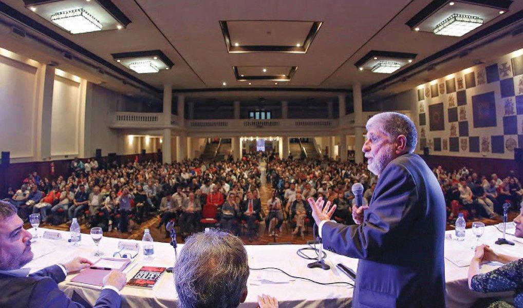 """Em conferência realizada pelo Instituto Lula em parceria com a Fundação Perseu Abramo, o embaixador Celso Amorim, afirmou, nesta segunda (4), que enquanto o impeachment de Fernando Collor """"uniu o Brasil"""", o processo de impedimento da presidente Dilma Rousseff """"está dividindo"""" o país; na palestra """"Em defesa de uma política externa ativa e altiva"""": há algo de 'novo' na atual política externa do governo provisório, liderada por um político não por um diplomata?"""", Amorim afirmou que """"o Brasil com a dimensão que tem, não tinha só que reagir de maneira altiva, mas ser um construtor da agenda internacional""""; """"Não pode ver a política internacional só do ponto de vista comercial"""", defendeu"""
