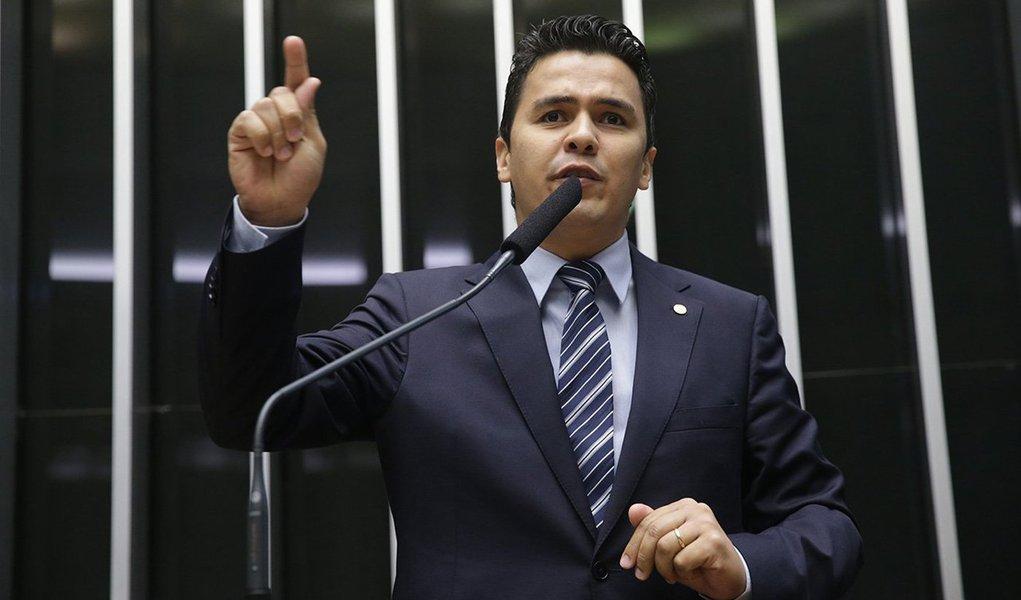"""Deputado federal Diego Garcia (PHS-PR)foi expulso da Universidade Estadual do Norte do Paraná (UENP) enquanto tentava realizar convenção de seu partido; o parlamentar foi muito vaiado e xingado de """"fascista"""" e """"golpista""""; o Centro Acadêmico de História (CAHIS) lançou nota de repúdio ao deputado afirmando que a universidade """"não deve receber divulgações de partidos políticos""""; assista ao vídeo"""