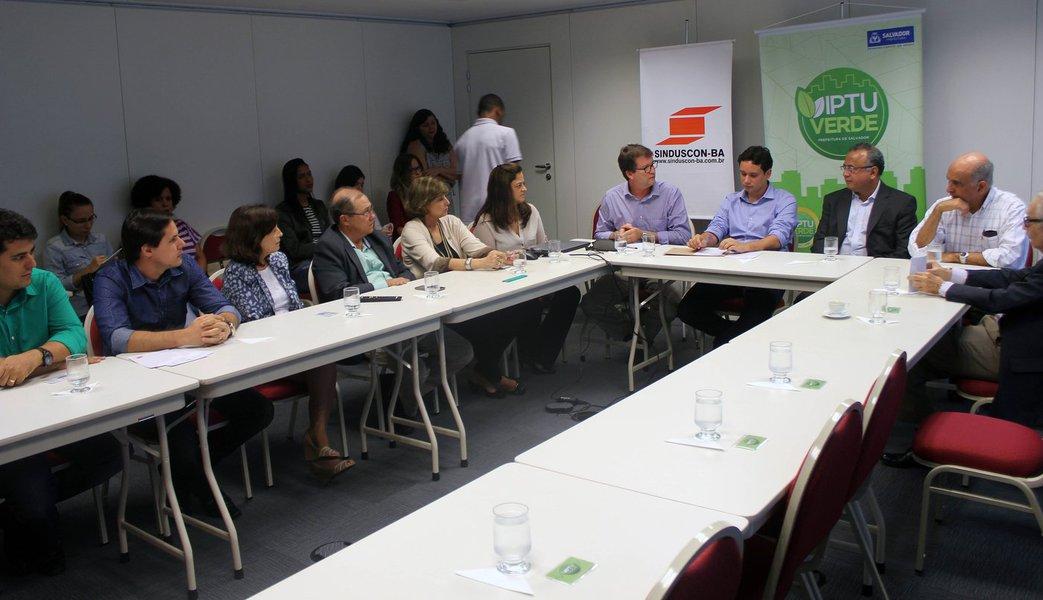 A sede do Sindicato da Indústria da Construção do Estado da Bahia (Sinduscon/BA) recebeu nesta segunda-feira a oficialização de ser o primeiro empreendimento de Salvador certificado pelo IPTU Verde, categoria Ouro; o IPTU Verde é uma certificação destinada à construção sustentável, baseada em cinco pontos estratégicos que envolvem gestão sustentável das águas, eficiência e alternativas energéticas, projeto sustentável, bonificações e emissões de gases do efeito estufa; tendo essas iniciativas aplicadas ao empreendimento, o gestor acumula pontos e a soma desses valores é convertida em desconto no IPTU