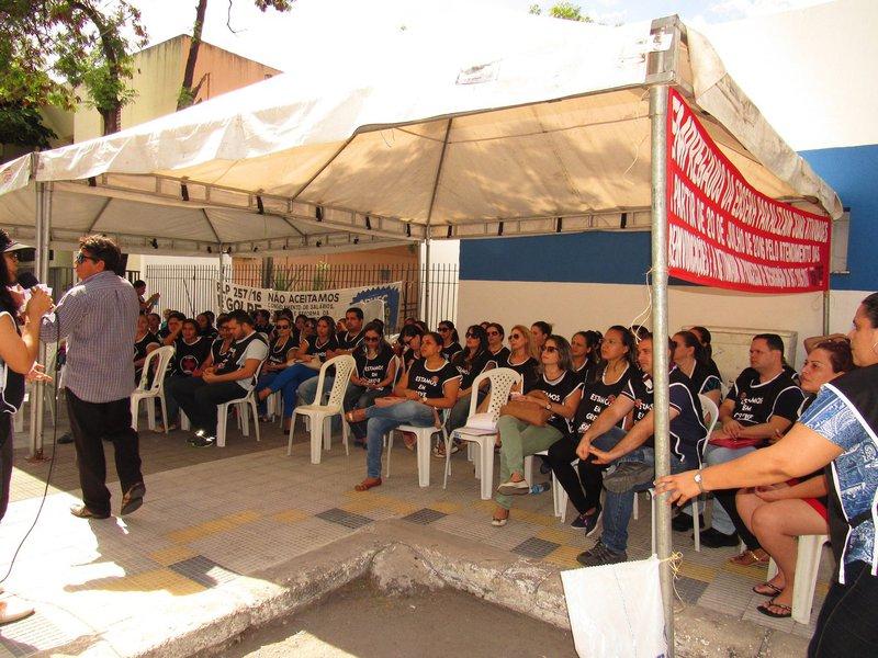 Os trabalhadores da Empresa Brasileira de Serviços Hospitalares (EBSERH) iniciaram ontem(20), greve por tempo indeterminado em todo o país. No Ceará, cerca de cemtrabalhadores, que atuam no Hospital Universitário Walter Cantídio (HUWC) e na Maternidade Escola Assis Chateaubriand (MEAC), reuniram-se em frente ao complexo de saúde e debateram a pauta da Campanha Salarial