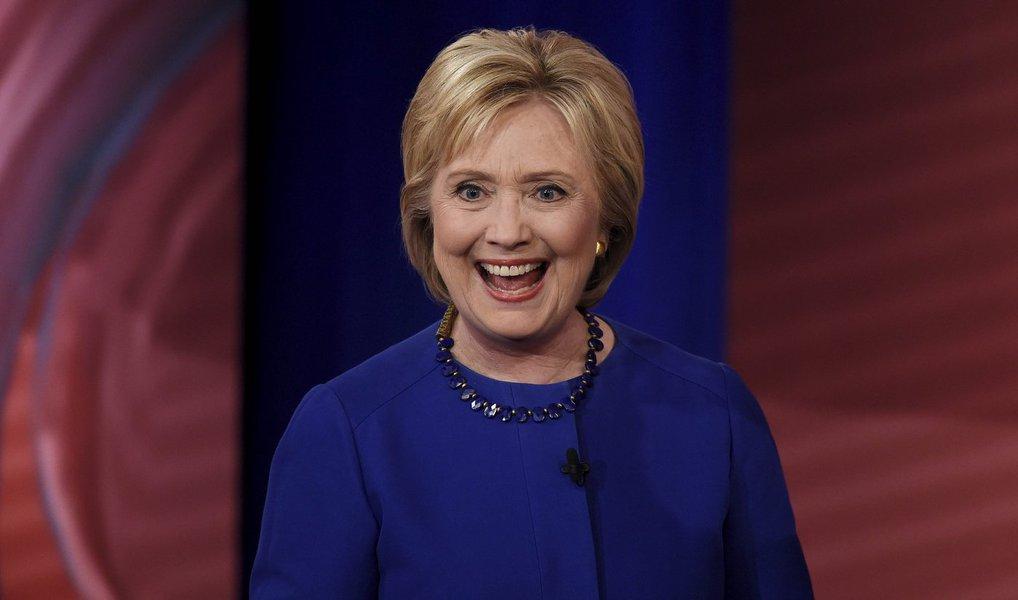 A ex-secretária de Estado Hillary Clinton se tornou oficialmente a candidata do Partido Democrata à presidência dos EUA nesta terça (26), após os delegados do partido Democrata votarem na convenção nacional na Filadélfia, Pensilvânia; Hillaryé a primeira mulher a concorrer à presidência por um dos dois maiores partidos do país; no total, Hillary tinha conquistado 2.842 votos, contra 1.865 de Sanders; na eleição de 8 de novembro Hillary irá concorrer ao lado do vice, o senador e ex-governador de Virginia Tim Kaine, contra a chapa republicana de Donald Trump e seu vice, o governador de Indiana Mike Pence