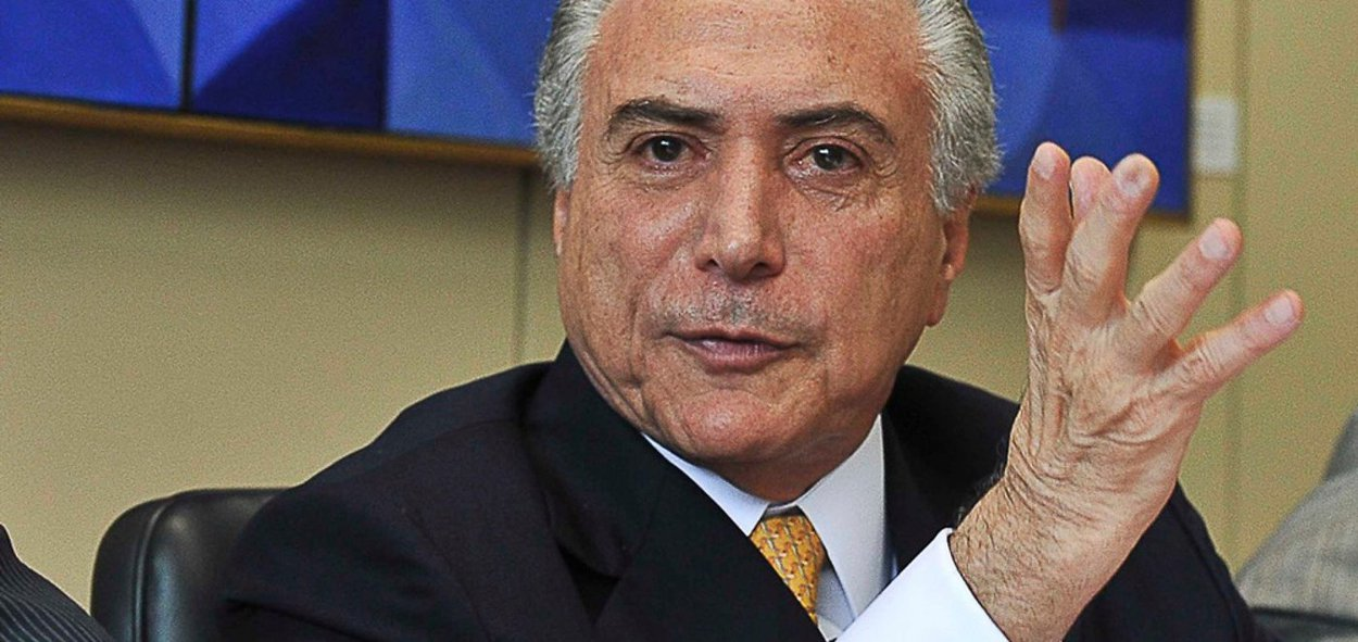 """AoThe Wall Street Journal, Michel Temer tentou convencer os investidores de que a crise política está sendo superada e agora o País está pronto para receber investimentos; matéria traz como título """"presidente brasileiro declara o Brasil aberto a negócios""""; para o jornal, no entanto, se Temer """"é o homem para restaurar a calma à política tensa e tumultuada do Brasil permanece uma questão em aberto"""", pois foi recebido """"com manifestações de rua hostis"""" e """"repetidamente vaiado em aparições""""; jornal diz que o peemedebista é visto """"visto com desconfiança por muitos brasileiros, já irritados com as medidas de austeridade defendidas por um homem que não elegeram como presidente"""""""