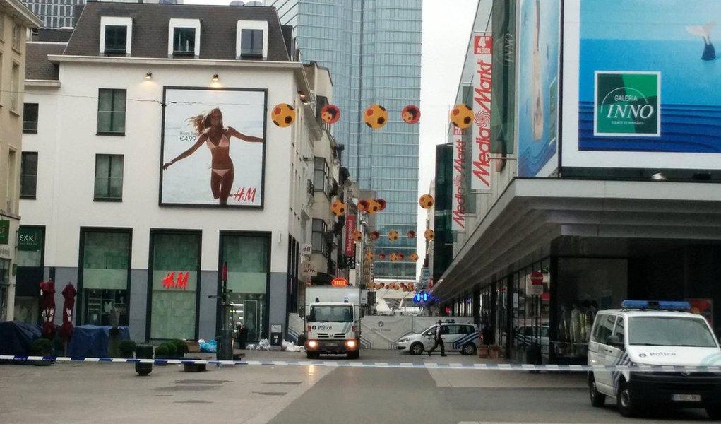 """Terrorista suspeito foi detido na sequência de uma ameaça de bomba em um prédio comercial localizado no centro de Bruxelas; de acordo com o primeiro-ministro belga, Charles Michel, a situação é """"muito séria""""; a área do centro comercial City 2 está cercada pala polícia e os bombeiros ficam no local, de acordo com a emissora"""