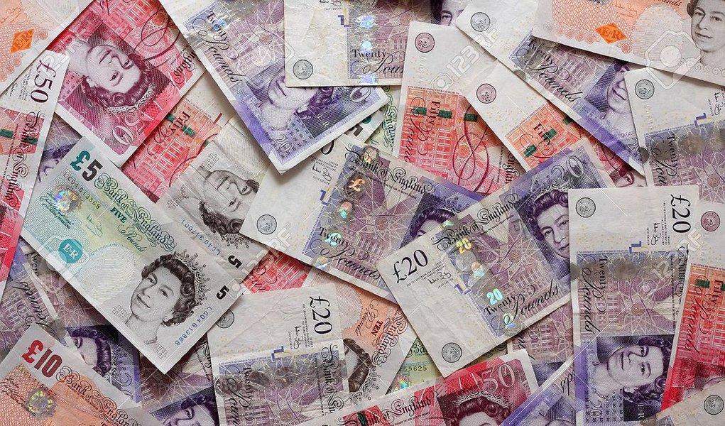 Títulos de dez anos do governo britânico caíram abaixo de 1%pela primeira vez na história e a libra chegou à mínima em 31 anos frente ao dólar, conforme investidores apostavam que a votação britânica para deixar a União Eurpeia (UE) vai provocar um corte nos juros pelo banco central britânico; libra caiu mais de 3% ante o dólar, chegando à mínima em 31 anos de US$ 1,3221