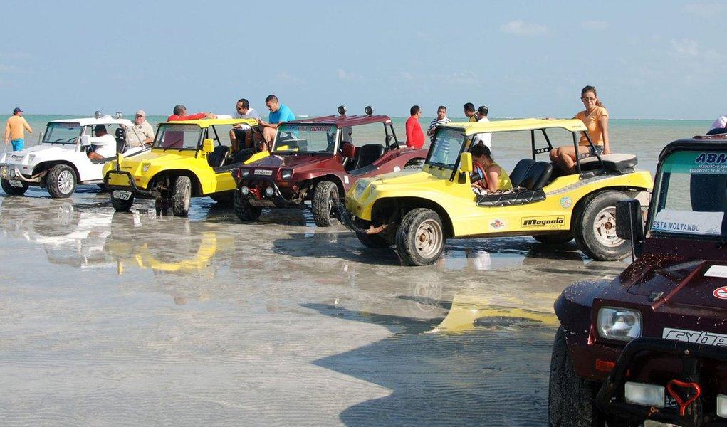 Operação do Instituto Chico Mendes de Conservação da Biodiversidade (ICMBio) para coibir a circulação de veículos automotores nas praias de Maragogi, inseridas na Área de Proteção Ambiental (APA) Costa dos Corais, multou condutores e apreendeu veículos do tipo Buggy; ação contou com o apoio da Polícia Federal (PF), Batalhão de Polícia Ambiental (BPA) e do Instituto do Meio Ambiente de Alagoas (IMA)