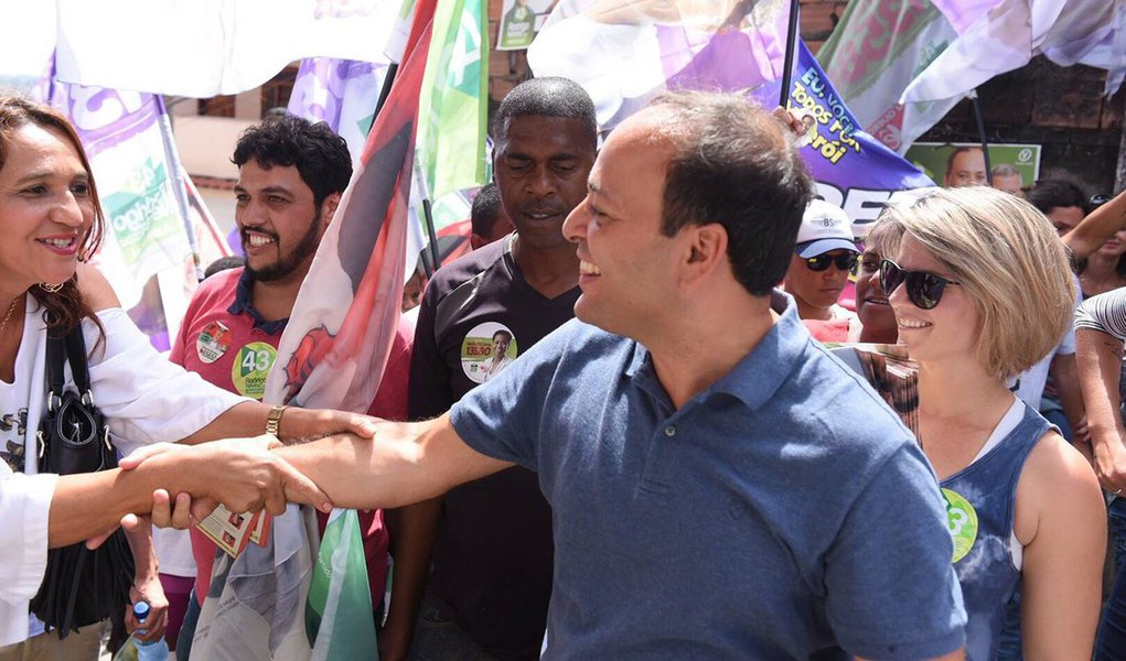 O prefeito de Niterói e candidato à reeleição, Rodrigo Neves (PV), lidera as intenções de voto, com 42,5%, seguido por Felipe Peixoto (PSB), com 23,5%; em terceiro lugar está Flávio Serafini (Psol), com 9,4%; ne segundo turno, Neves venceria Peixoto por 47,8% a 29,7%, e Sarafini por51,8% a 23,1%; Neves também lidera o índice de rejeição, com 32,6%;segundo o levantamento,55,4% aprovam a gestão municipal; para44,1%, a violência é o principal problema da cidade; deacordo com o levantamento,64,1% do município desaprovam o governo de Michel Temer, e 70,6% não aprovam o governo Francisco Dornelles