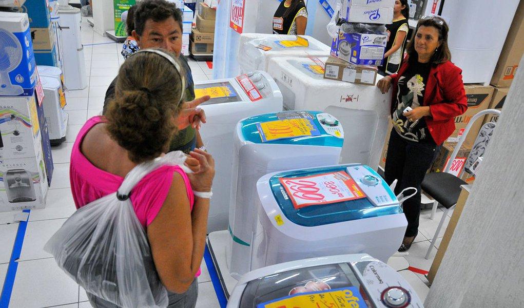 Intenção de Consumo das Famílias (ICF), medida pela Confederação Nacional do Comércio de Bens, Serviços e Turismo (CNC), cresceu 4,1% na passagem de agosto para setembro deste ano; na comparação com setembro de 2015, no entanto, o indicador teve queda de 9,6%, a 45ª consecutiva neste tipo de comparação