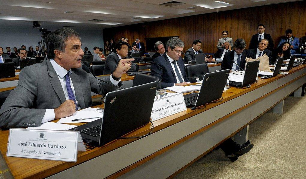 Advogado José Eduardo Cardozo, que defende a presidenta afastada Dilma Rousseff no processo de impeachment, confirmou que apresentará recurso para que as testemunhas tenham mais tempo para responder aos questionamentos dos senadores na comissão; senadores aliados da presidente eleita reclamam que o tempo de três minutos concedido às testemunhas para responder aos questionamentos não é suficiente