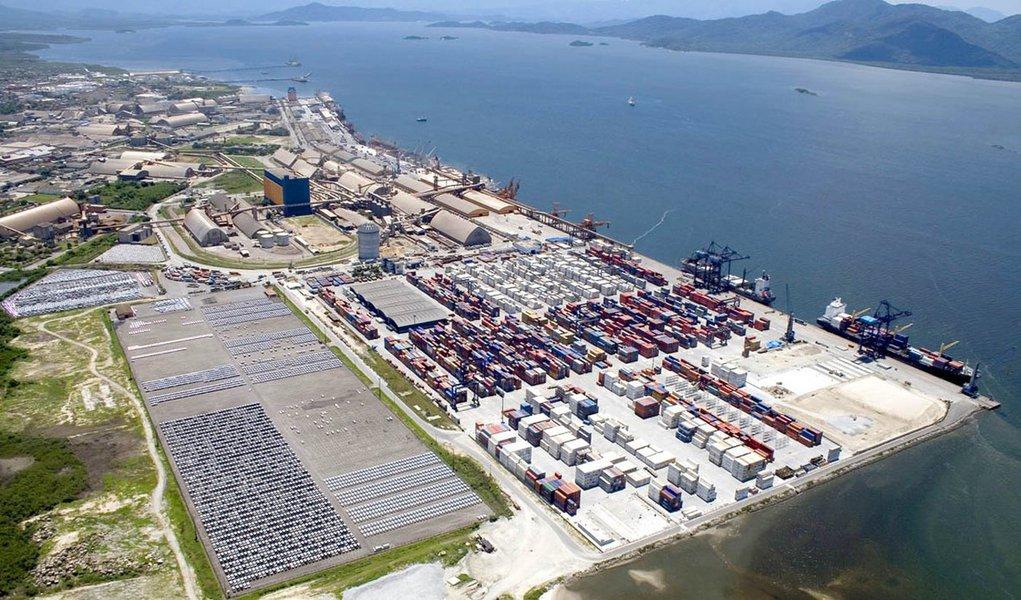A Administração dos Portos de Paranaguá e Antonina (Appa) anunciou investimentos privados de R$ 5,1 bilhões nos dois portos; os projetos, que incluem novos terminais e arrendamentos, renovações de contratos e rearrendamentos de áreas públicas, foram detalhados pela Appa para representantes do setor produtivo, agricultura, a indústria, o comércio e instituições financeiras; oplano de investimentos previstos pela Appa para os portos do Paraná prevê um cenário até 2030; neste período, a demanda de movimentação de cargas no Paraná deverá saltar das atuais 45 milhões de toneladas para 83 milhões de toneladas