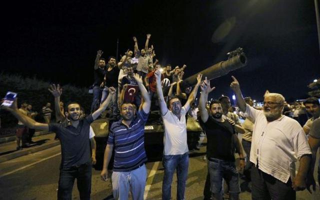 Se Erdogan tinha a maior parte das tropas do seu lado (e ele tinha), por que não mandou suas tropas leais sufocarem o golpe, ao invés de convocar nas redes sociais os civis a fazê-lo?