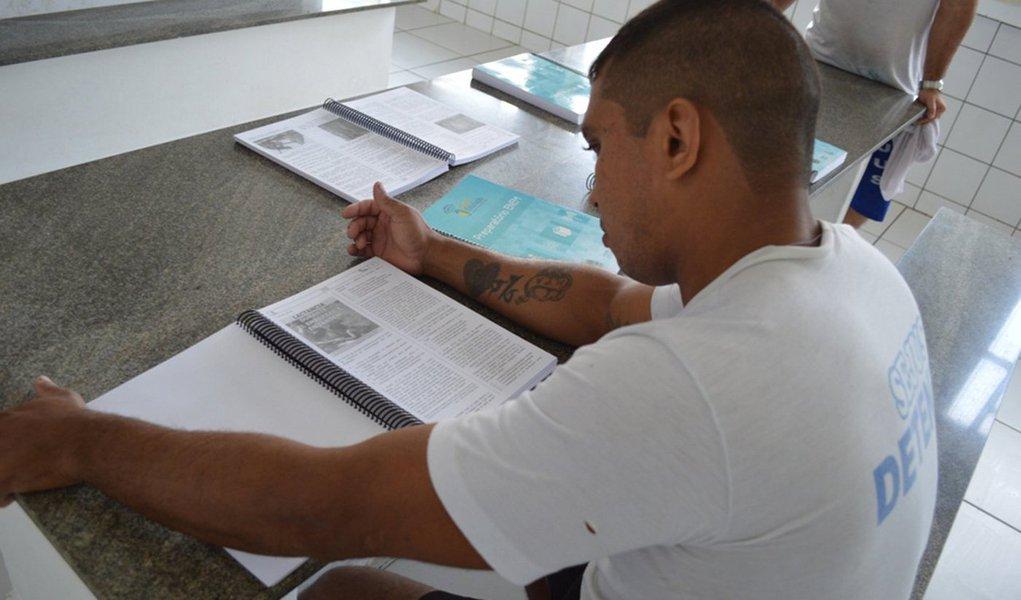 A Secretaria de Justiça do Piauí (Sejus) inscreveu, até o momento, cerca de 400 detentos de 14 estabelecimentos penais do Estado para participarem da edição 2016 do Exame Nacional do Ensino Médio para Pessoas Privadas de Liberdade (Enem PPL); as inscrições para o Exame começaram no dia 3 de outubro; as provas serão aplicadas nos dias 6 e 7 de dezembro, nas próprias unidades prisionais; a meta da Sejus é inscrever, neste ano, 500 detentos para o Enem, mais que o dobro do número de inscritos em 2015