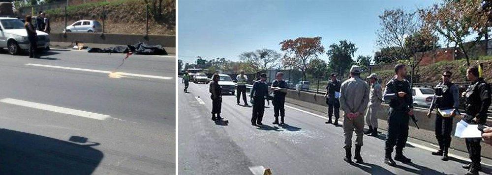 Dois policiais militares reformados foram mortos a tiros na Rodovia Presidente Dutra (BR-116), na altura de Nova Iguaçu, Baixada Fluminense; aDelegacia de Homicídios da Baixada Fluminense (DHBF) acredita que eles sofreram uma tentativa de assalto, reagiram e foram baleados