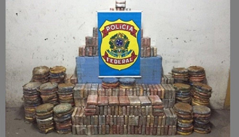 A Polícia Federal anunciou nesta sexta-feira a maior apreensão de cocaína já feita na Bahia; apreensão de aproximadamente 810 quilos de cocaína ocorreu em Lauro de Freitas, na região metropolitana de Salvador, na tarde de ontem (6); três pessoas foram presas; ao investigar a quadrilha, a polícia descobriu um galpão, em Lauro de Freitas, usado para armazenar drogas; a abordagem na quinta-feira foi feita no local, no momento em que chegava um caminhão carregado com cerca de 600 quilos de cocaína escondidos em um compartimento embaixo da carroceria; segundo a PF, o restante da droga estava no galpão, dentro de uma caixa d'água