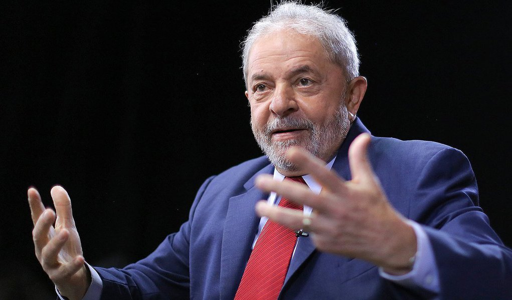 """Em entrevista exclusiva a Wellignton Calasans, correspondente do blog Cafezinho na Suécia e comentarista de política internacional para rádios africanas, ex-presidente Lula lamenta o """"golpe travestido de impeachment e a perseguição judicial a si e a seu partido""""; """"Nós temos um comportamento autoritário da imprensa brasileira, nós temos um comportamento equivocado de setores do MP, nós temos um estado de exceção com o comportamento da própria PF. Eu diria uma situação que envergonha o Brasil no mundo, porque o Brasil não está nem respeitando internamente a Constituição nem está respeitando a democracia"""", diz Lula; ele observou que a """"elite brasileira não sabe viver democraticamente numa sociedade em que ela não governe"""""""