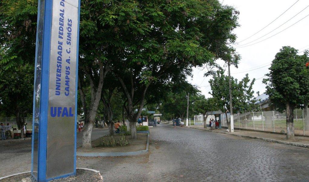 A Universidade Federal de Alagoas (Ufal) solicitou reforço à Polícia Militar (PM) para garantir a segurança no Campus A.C. Simões, após a invasão da Residência Universitária; um plano de segurança está sendo preparado; criminosos armados invadiram a Residência da Universidade Federal de Alagoas (Ufal), renderam e agrediram um vigilante, fugiram com equipamentos e ainda efetuaram disparos de arma de fogo