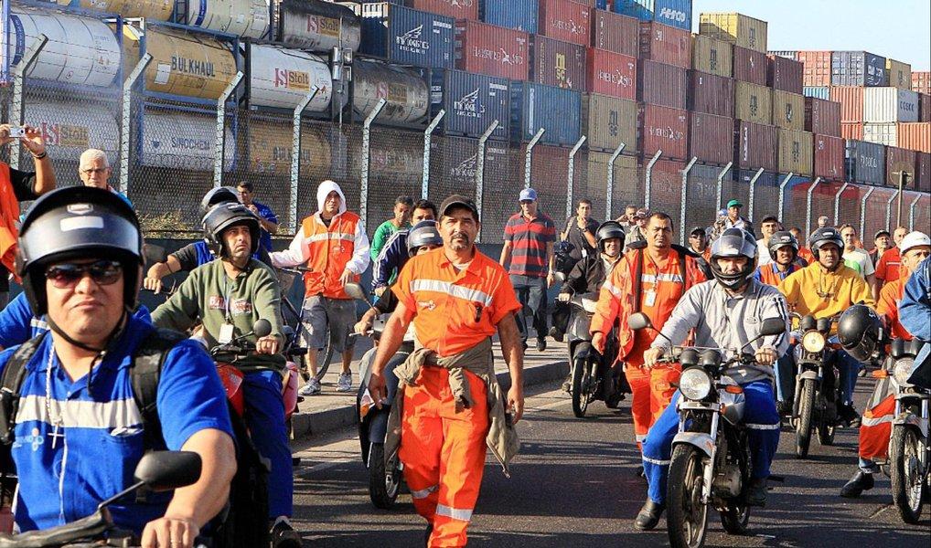 Os estivadores do Porto de Santos estão em estado de greve após decisão em assembleia; no último fim de semana, os trabalhadores vinculados ao Sindicato dos Estivadores de Santos, São Vicente, Guarujá e Cubatão (Sindestiva), fizeram uma paralisação de 48 horas, a fim de chamar a atenção para suas reivindicações salariais; eles pedem 11,8% de reajuste, mais 10% de ganho real, aumento de 40% pelo trabalho de risco e vale-refeição de R$ 30 por dia; a data-base da categoria ocorreu em março