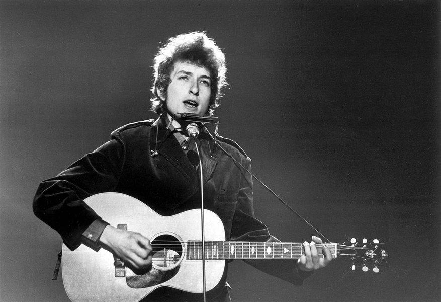"""""""Na primeira entrevista, ainda um ilustre desconhecido, perguntaram a Dylan se quando ficasse rico e famoso continuaria usando chapéu. 'Eu nunca vou ficar rico e famoso' respondeu. Cinco anos depois já tinha um avião particular"""", diz Alex Solnik, ao comentar a trajetória de Bob Dylan, o novo Nobel de Literatura; """"Viramos hippies por causa de Bob Dylan. Ele era o cara que nunca sorria, o cara sério, tinha aquele olhar de quem sabia o que virá daqui a um século. Um visionário"""""""