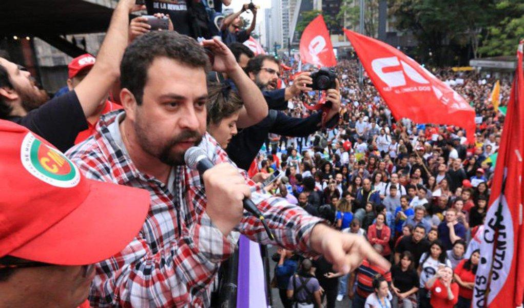 """Para Guilherme Boulos, líder do MTST e da Frente Povo Sem Medo, acredita que """"os cidadãos começam a perceber o que de fato está em jogo nesse processo, sobretudo quando entram na agenda política projetos que destroem a rede de proteção social, com retirada de direitos trabalhistas e previdenciários""""; para ele, a denúncia da Lava Jato contra Lula é """"a consumação de uma farsa preparada há algum tempo"""""""