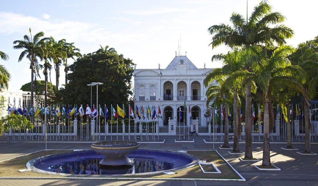 O governo do Estado encaminhou à Assembleia Legislativa (ALE) o Projeto de Lei Orçamentária Anual (LOA) que estima a receita do Estado de Alagoas para o exercício financeiro de 2017, que é de pouco mais de R$ 10 bilhões; projeto compreende receitas referentes aos poderes do Estado, fundos, órgãos e entidades da Administração Direta e Indireta, bem como a todos os órgãos e ao capital social com direito a voto
