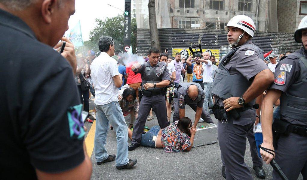 """Em nota, aCentral de Movimentos Populares (CMP)diz que a Polícia Militar de São Paulo agiu com """"truculência e abuso de autoridade"""" contra uma vendedora ambulante que estava trabalhando durante protesto neste domingo 18, contra as pessoas que tentaram defendê-la, jogando spray de pimenta, e contra jornalistas"""