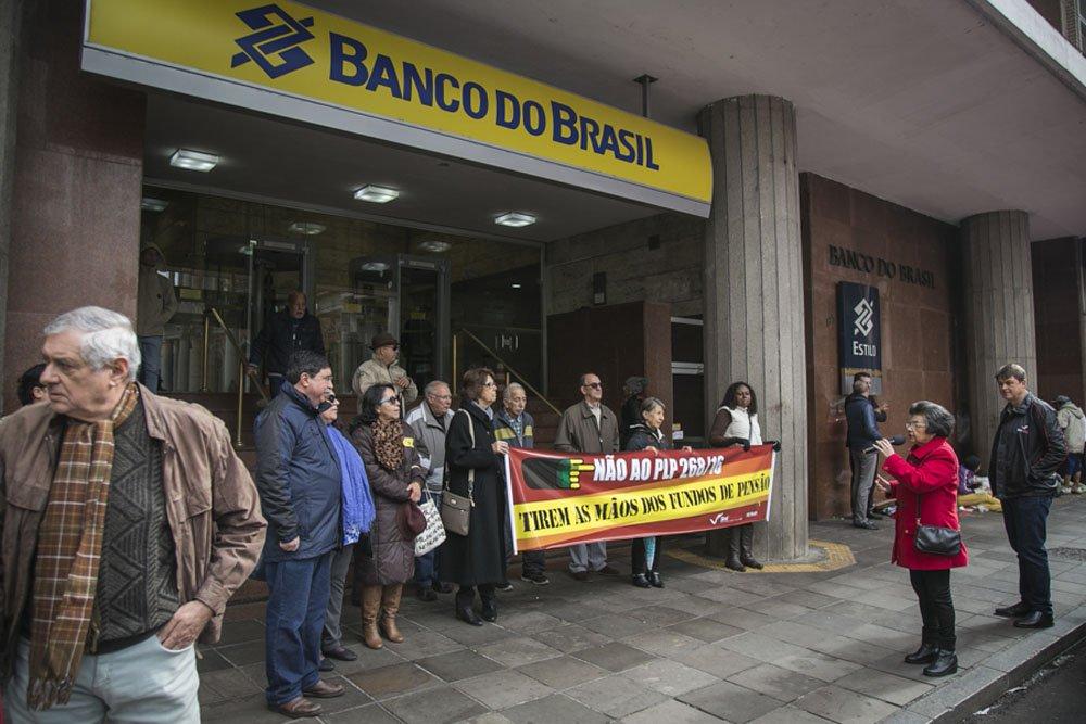 17/06/2016 - PORTO ALEGRE, RS - Mobilização contra o PLP 268/2016 em frente ao Banco do Brasil. Foto: Joana Berwanger/Sul21