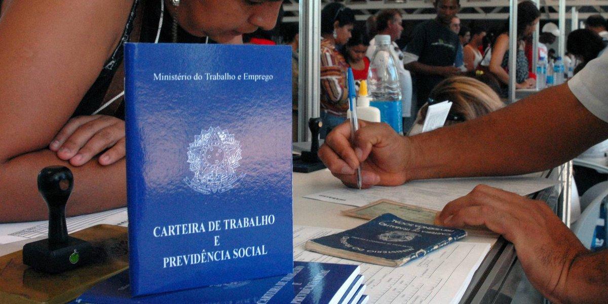 Segundo o estudo feito pelo Instituto Brasileiro de Ética Concorrencial (ETCO) e pelo FGV/IBRE, o mercado informal movimentou R$ 957 bilhões em 2015, equivalente a 16,2% do PIB, alta de 0,1 ponto percentual sobre um ano antes