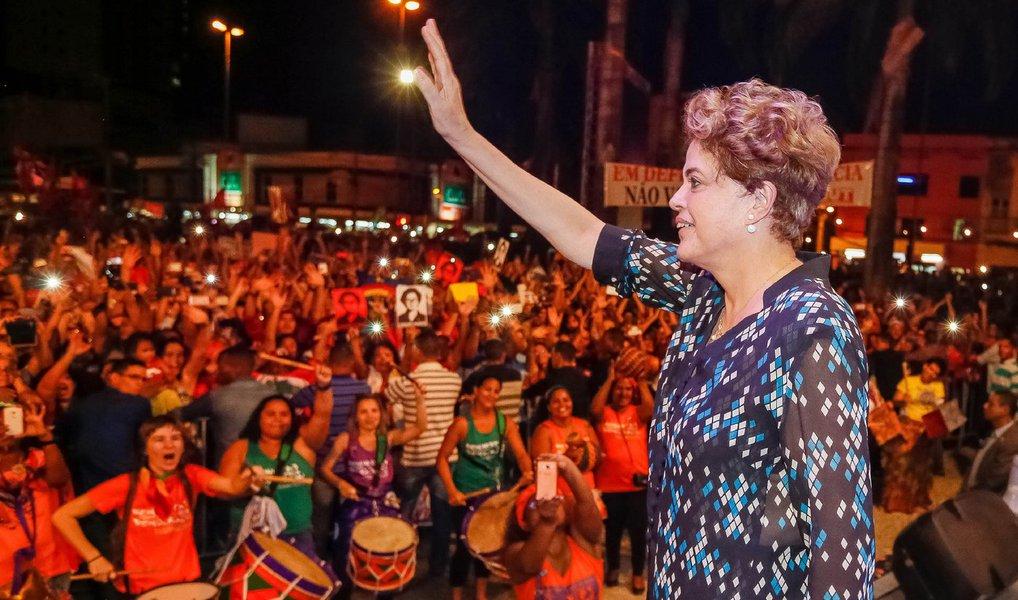 """Em visita ao Recife, a presidente disse que não pretende negociar um pacto nacional ou antecipação de novas eleições sem que retome o mandato presidencial; """"Não haverá hipótese, em nenhum momento, de aceitarmos, sem o retorno da presidenta eleita por 54,5 milhões de votos ao governo, discutir qualquer pacto. Não há pacto possível com governo ilegítimo, governo que é provisório"""", afirmou; declarações foram feitas em entrevistadepois de participar de um ato fechado na UFPE; questionada sobre as negociações no Senado para tentar evitar o impeachment, apenas afirmou:""""estamos dialogando"""""""