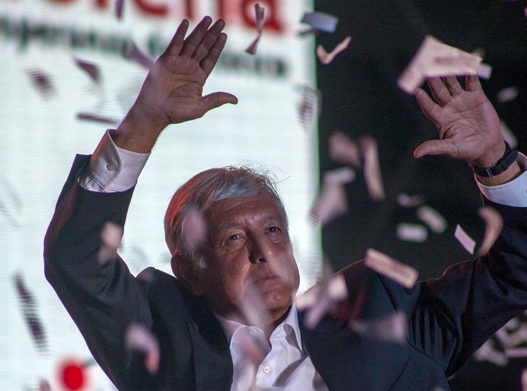 Favorito nas eleições presidenciais mexicanas do próximo domingo, o esquerdistaAndrés Manuel López Obrador, 64, enfrenta uma campanha suja de seus adversários tal qual ocorre no Brasil quando o assunto é Lula; há séries de violações eleitorais e assédios por parte dos adversários, dizem coordenadores da campanha de AMLO, como Obrador é conhecido no México; Obrador lotou o estádio Azteca em seu último comício, com 80 mil pessoas