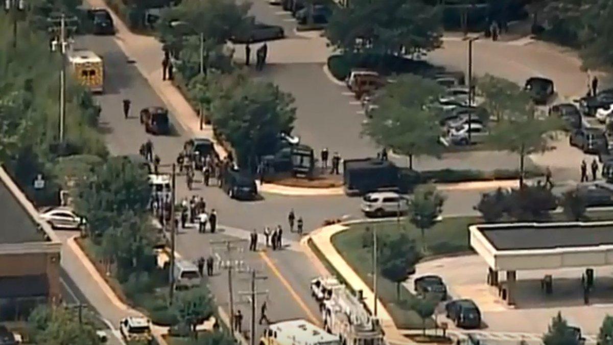 Cinco pessoas morreram e várias ficaram gravemente feridas devido a um tiroteio que aconteceu hoje (28) no Capital Gazette, um jornal diário em Annapolis, no estado de Maryland; a confirmação sobre o número de vítimas foi divulgada no fim da tarde pela polícia local