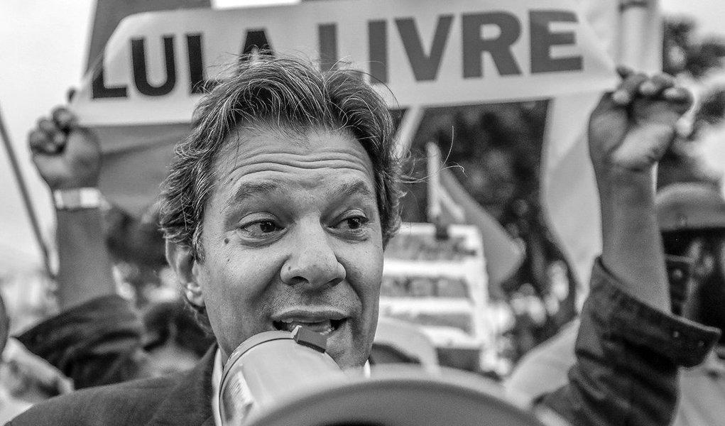O ex-prefeito de São Paulo, Fernando Haddad viaja nesta quinta-feira (28) à Curitiba para visitar o ex-presidente Lula, que está preso na sede da Polícia Federal no Paraná; além de Haddad, que foi convidado por Lula, a senadora e presidente do PT, Gleisi Hoffmann, também se reunirá com o ex-presidente