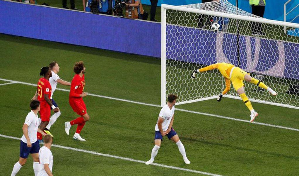 Em clima de amistoso, a Bélgica venceu a Inglaterra por 1 x 0 em Kaliningrado. Com as duas seleções já classificadas, o resultado não provocou euforia de um lado ou tristeza de outro. A vitória belga deixou o país em primeiro no Grupo G. Nas oitavas de fnal. a Bélgica pega o Japão e a Inglaterra, a Colômbia