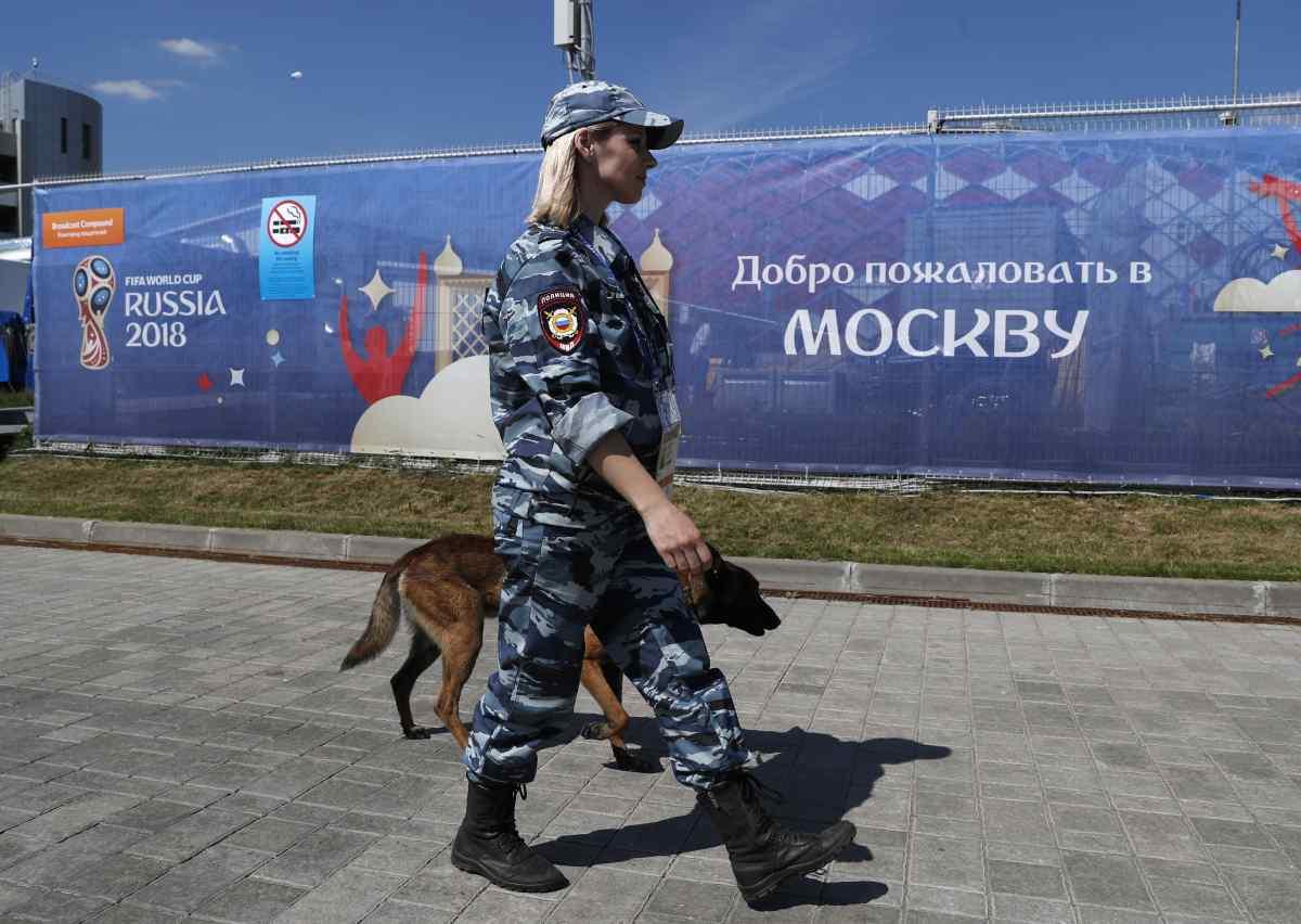 Policial russa com cão farejador em patrulha na Copa do Mundo na Rússia