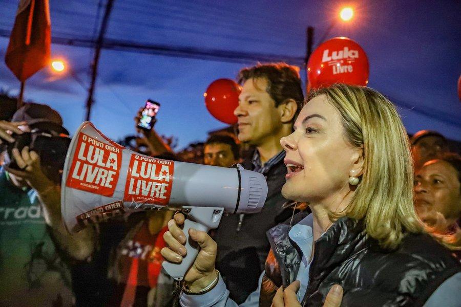 """Senadora Gleisi Hoffmann, presidente do PT, e o ex-prefeito Fernando Haddad, coordenador do Plano Lula de governo visitaram o ex-presidente Lula nesta quinta-feira (28) e avisaram: no dia 15 de agosto Lula será registrado candidato à presidência da República; """"Só tem duas hipóteses dele não ser candidato. Se provarem que ele cometeu um crime, porque até agora não provaram, e segundo se ele morrer"""", disse Gleisi; """"Fora disso, não tem. Eu vou ser candidato a presidente do Brasil e vou voltar a governar o Brasil, e nós vamos tirar o País da situação em que se encontra"""", disse Lula, segundo a senadora"""