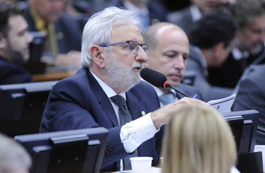 """O deputado Ivan Valente (Psol-SP) afirmou que pesquisa Ibope, divulgada nesta quinta-feira (28), apontado apenas 4% de aprovação do governo Michel Temer, """"deixa claro o fracasso político do golpe""""; """"Agora, que os golpistas admitam é outra história"""", disse o parlamentar"""