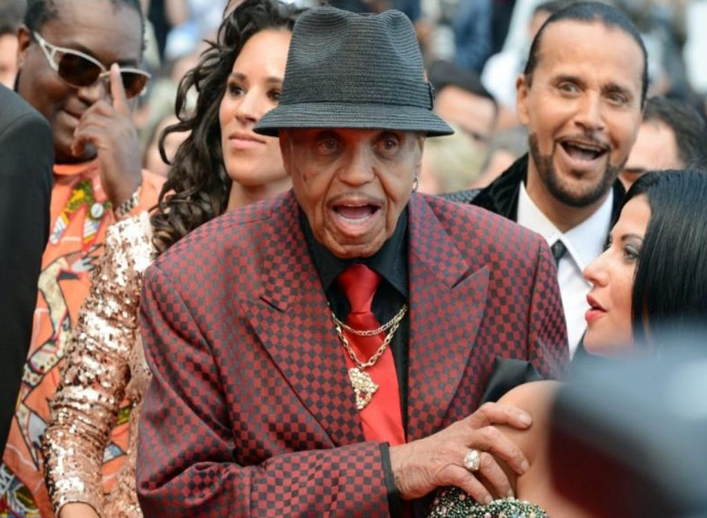 Joe Jackson era patriarca de uma dinastia musical que colocou o filho Michael e seus irmãos do Jackson 5 no caminho do estrelato, mas que também abusou verbal e fisicamente dos filhos, morreu aos 89 anos de idade; ele sofria de câncer, segundo reportagens