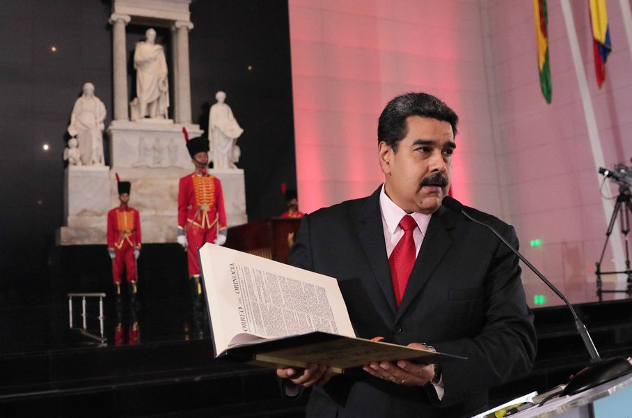 O presidente da Venezuela, Nicolás Maduro, denunciou nesta quarta-feira (27) que a União Europeia e o governo dos Estados Unidos persistem no bloqueio financeiro para impedir que o país adquira medicamentos e alimentos demandados pelo povo, como parte das medidas desestabilizadoras implementadas desde o exterior, com apoio da direita nacional