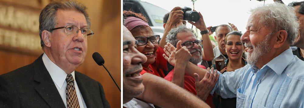 """""""Nós no PT tomamos a decisão de manter a sua candidatura"""" disse o ex-prefeito de Porto Alegre, Raul Pont (PT); """"Vamos fazer o lançamento da candidatura de Lula e registrá-lo no dia 15 de agosto, que é o prazo da Justiça Eleitoral. Vamos forçar a candidatura de Lula porque se a negamos estaremos cedendo diante daqueles que realizam essa perseguição contra Lula e contra o PT justamente para que ele não seja candidato"""", afirmou"""