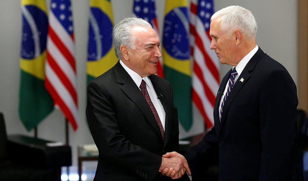 Presidente Michel Temer cumprimenta vice-presidente dos EUA, Mike Pence, em Brasília 26/06/2018 REUTERS/Adriano Machado